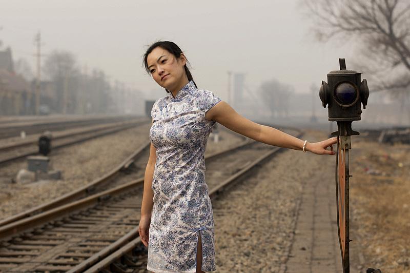 坊茨小镇里的旗袍美女 摄影作品